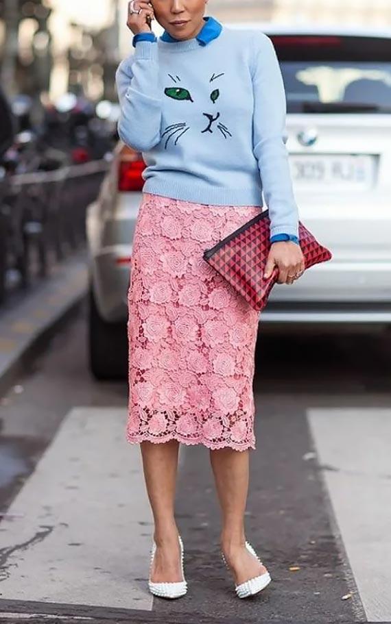 наряд с голубым свитером и розовой юбкой из кружева