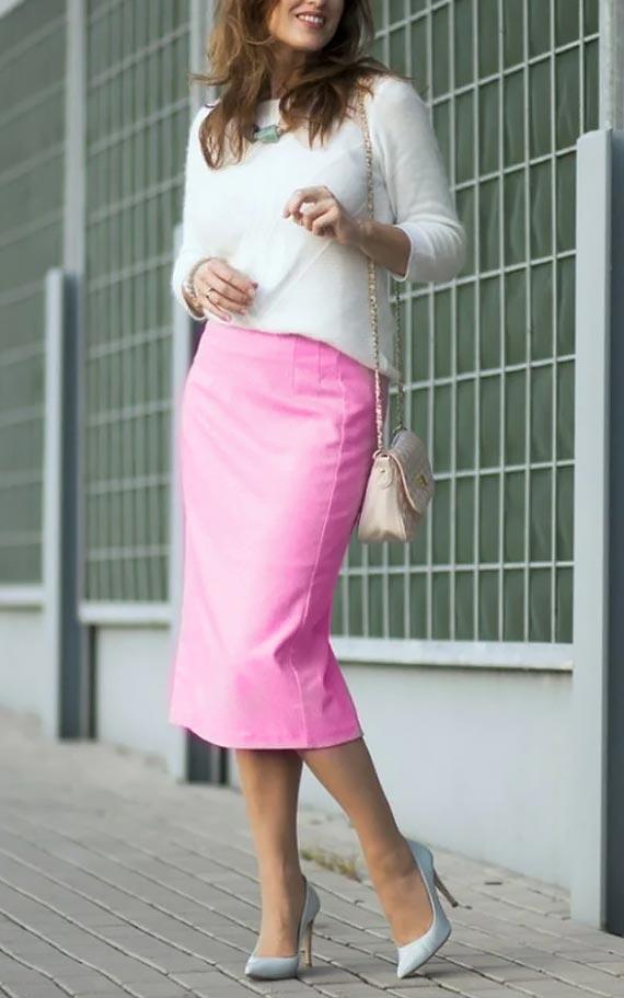 розовая юбка карандаш со свитером, туфлями