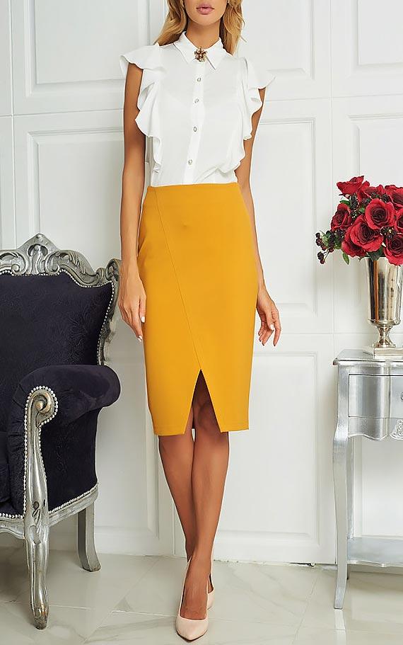 удлиненная желтая юбка –карандаш с разрезом по центру и белой блузой классического кроя