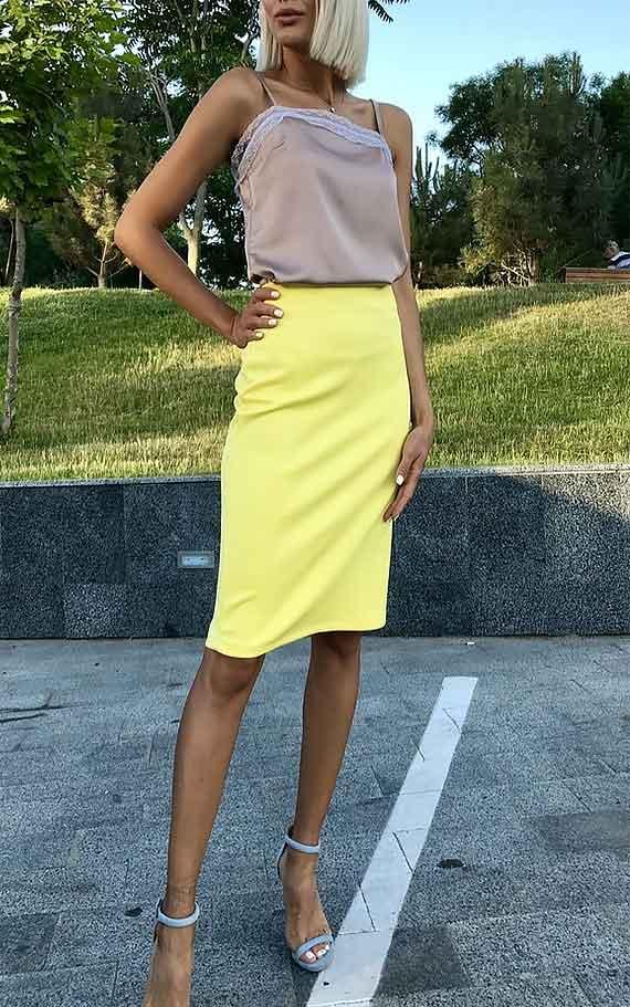 топ в бельевом стиле пастельного оттенка, с юбкой желтого цвета