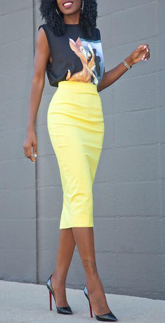 высокая светло-желтая юбка с блузкой без рукавов
