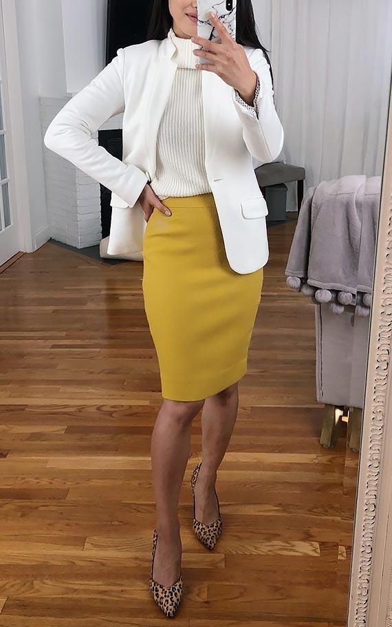 горчичная юбка карандаш с белой водолазкой, джемпером и туфлями
