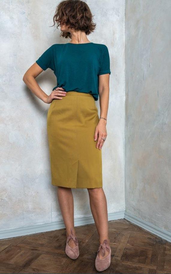 сочетание горчичной юбки карандаш с бирюзовой футболкой