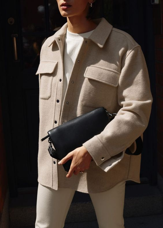 шикарный и удобный наряд с белым свитшотом, белыми джинсами, коричневой курткой-рубашкой и черной сумкой