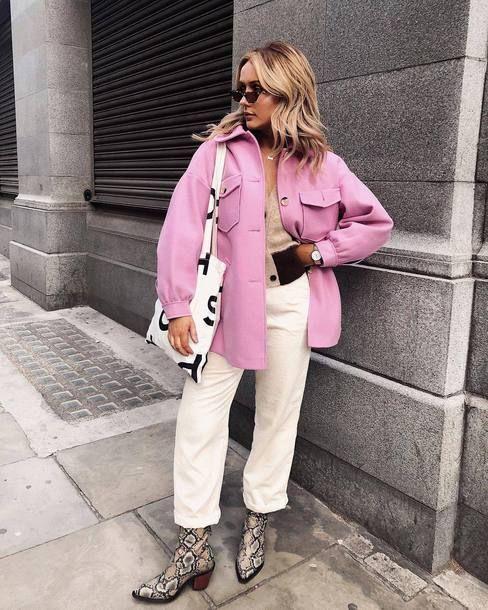 шикарный образ с коричневым топом, белыми джинсами, розовой курткой-рубашкой, ботинками со змеиным принтом и сумкой с принтом