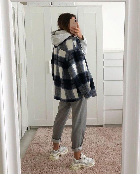 Серая толстовка с капюшоном, клетчатая куртка-рубашка, серые брюки, бело-серые кроссовки - суперкомфортный образ