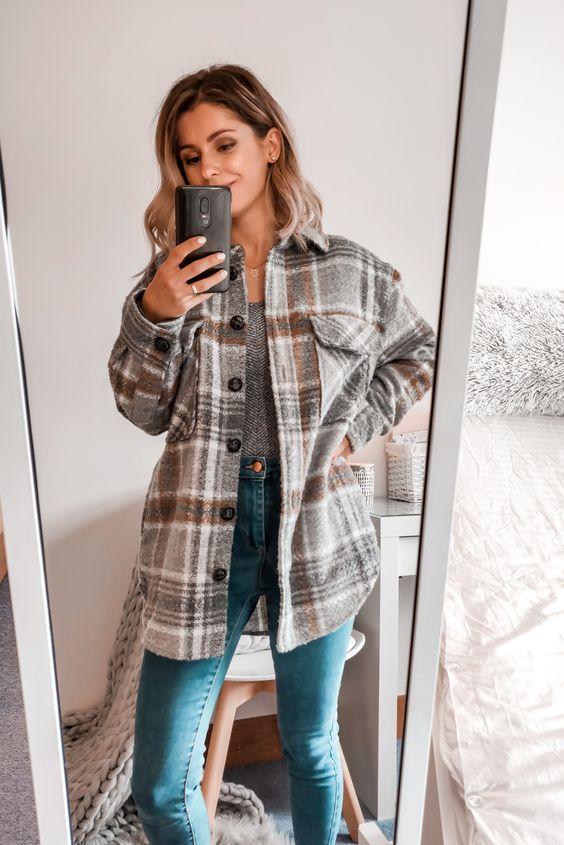 топ с принтом, синие скинни с завышенной талией, серая куртка-рубашка в шотландскую клетку - идеальный вариант для повседневного образа.