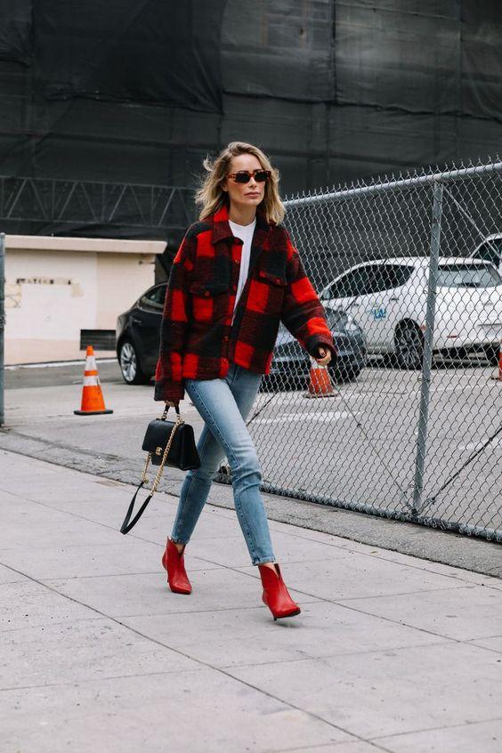 стильный наряд с белой футболкой, синими джинсами, красными пинетками, черно-красной курткой-рубашкой и черной сумкой