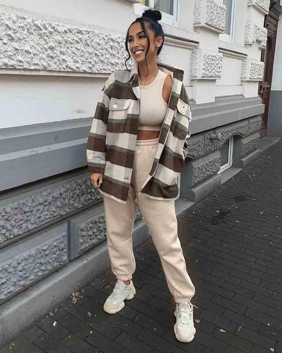стильный спортивный образ с коричневым кроп-топом и джоггерами, белыми кроссовками, клетчатой курткой-рубашкой