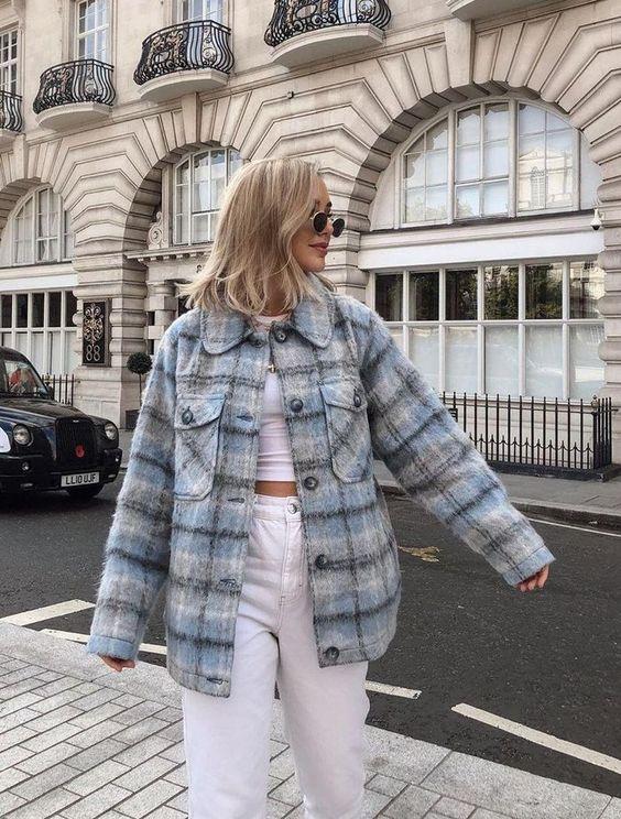 белый кроп-топ, белые джинсы с завышенной талией, свободная рубашка-рубашка в синюю клетку для максимального комфорта