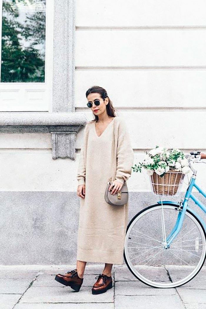 Бежевое платье-свитер с коричневыми ботинками