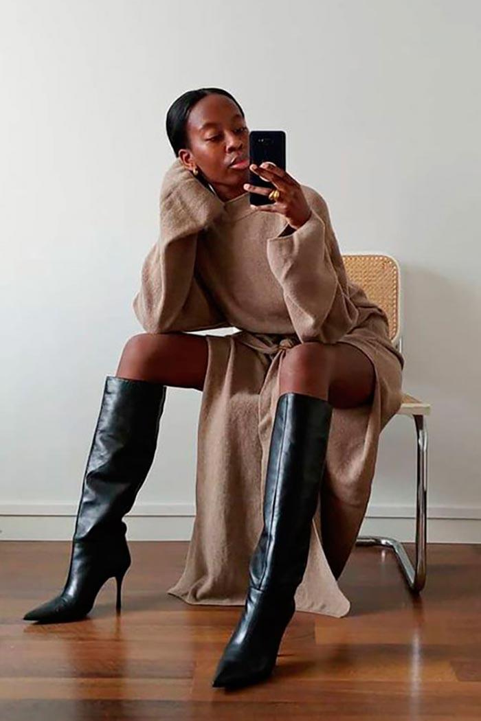 кофейное платье-свитер с черными сапогами на каблуках