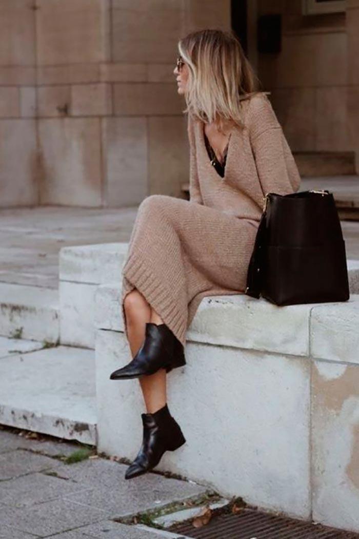 повседневный образ с трикотажным платьем и черной сумкой