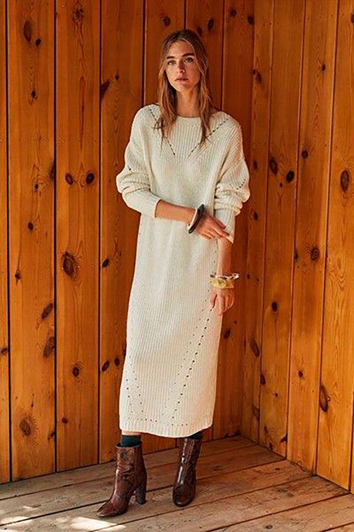 длинное белое вязаное платье-свитер с коричневыми ботильонами