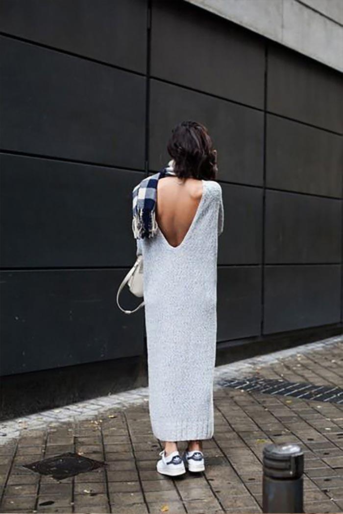 оригинальная модель серого платья с кроссовками