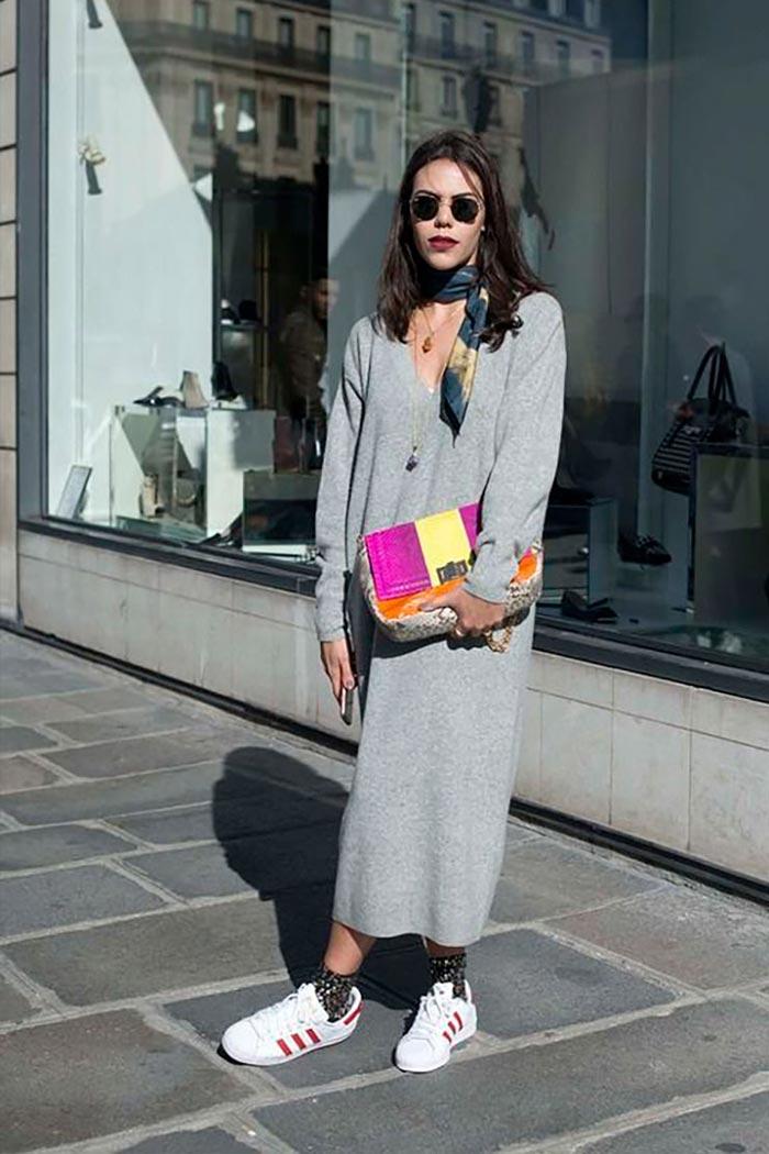 разноцветная сумка с серым трикотажным платьем-кофтой и кедами