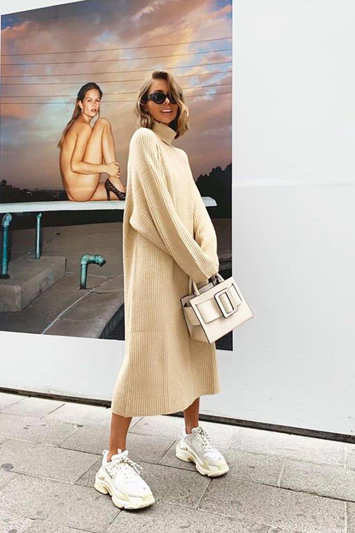 стильный комплект с теплым платьем, кроссовками, сумкой