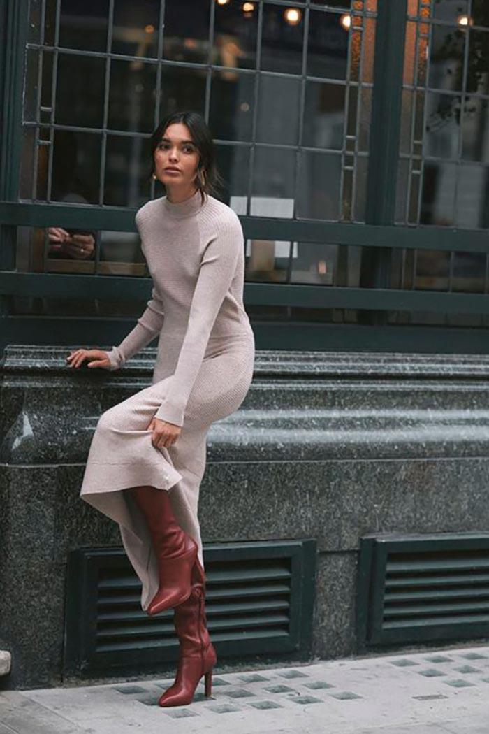 осенний наряд с базовым вязаным платьем-свитером и высокими коричневыми сапогами