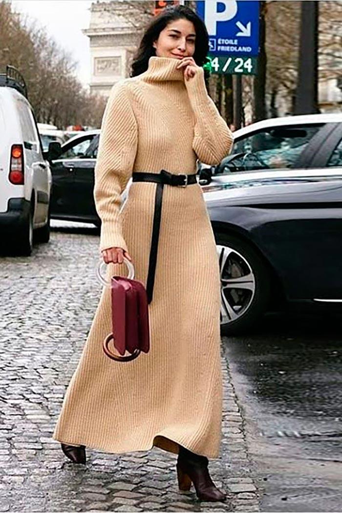 повседневное бежевое длинное вязаное платье-свитер с поясом и бордовой сумкой