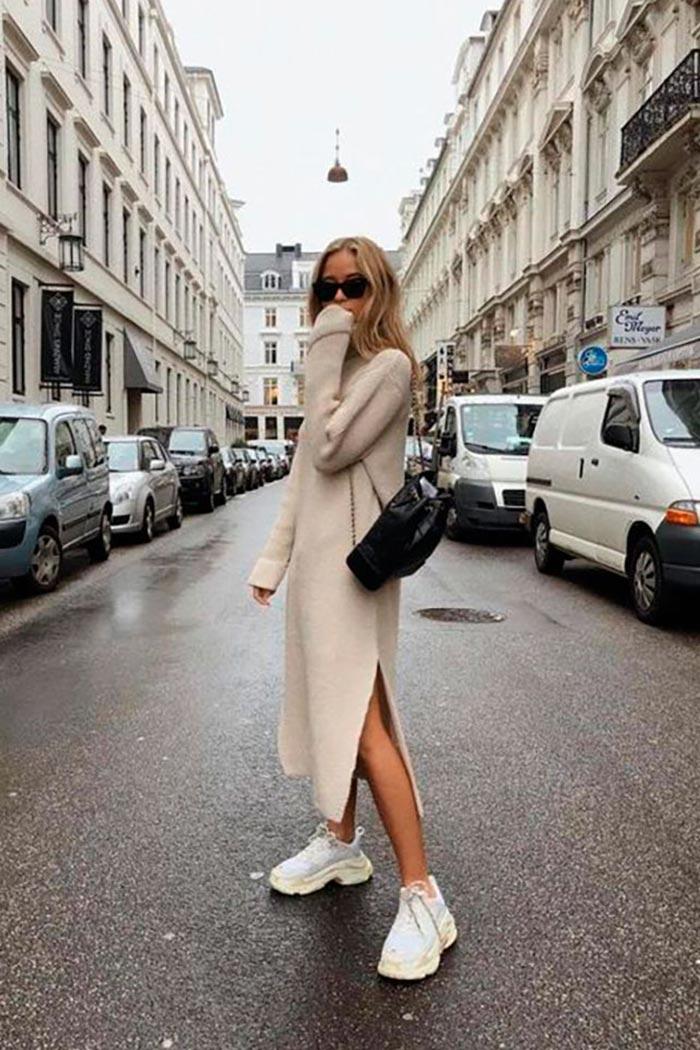 аутфит для прогулок с платьем и кроссовками