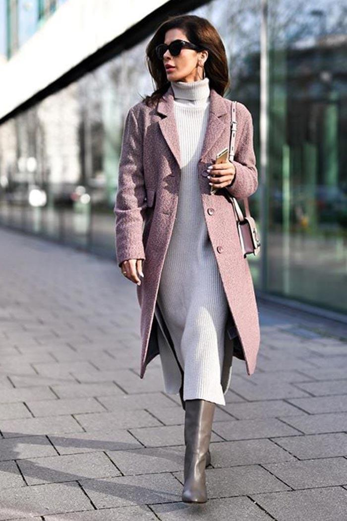 вязаное трикотажное платье с пальто и сапогами