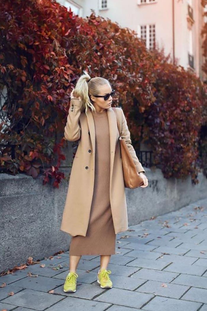 наряд с коричневым трикотажным платьем, пальто и яркими кроссовками