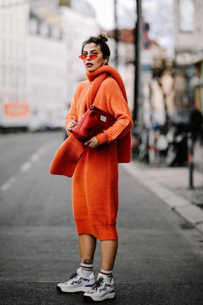 аутфит с оранжевым теплым платьем и кроссовками