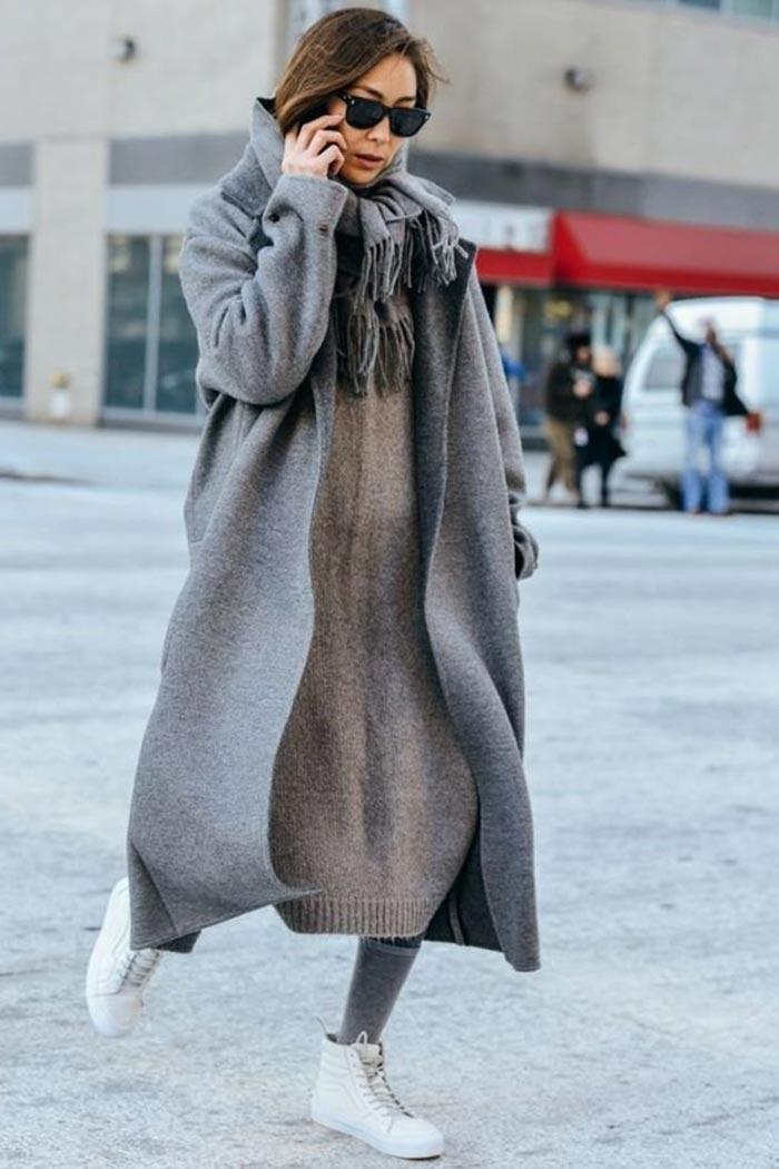 наряд с серым пальто и белыми кедами
