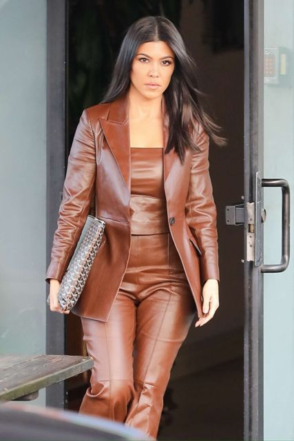 Эта девушка знает, как и с чем носить кожаный костюм