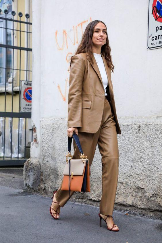 Аутфит с коричневым кожаным костюмом, босоножками и сумкой