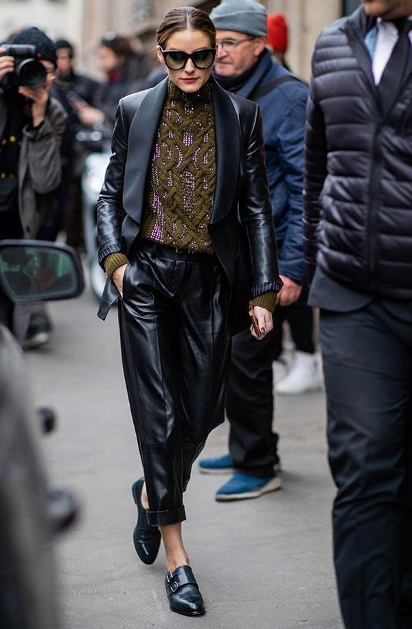 Уличный аутфит с черным кожаным костюмом, джемпером, лоферами