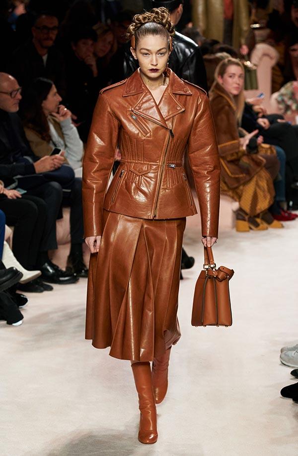 Образ в коричневых цветах с кожаной юбкой и пиджаком