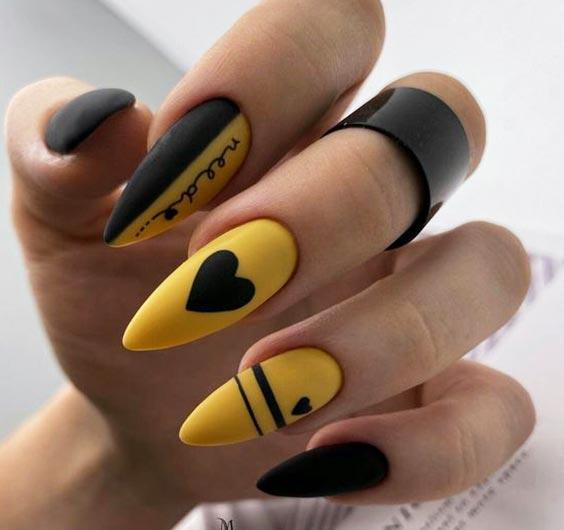декор ногтей желтым лаком, сердечками, линиями, надписями