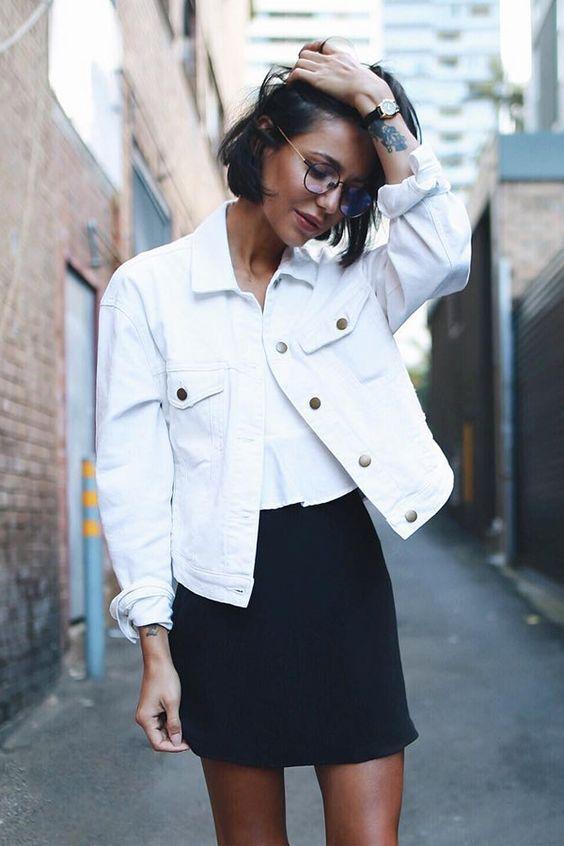 белый кроп-топ, черная мини-юбка, белая джинсовая куртка для нескучного черно-белого образа