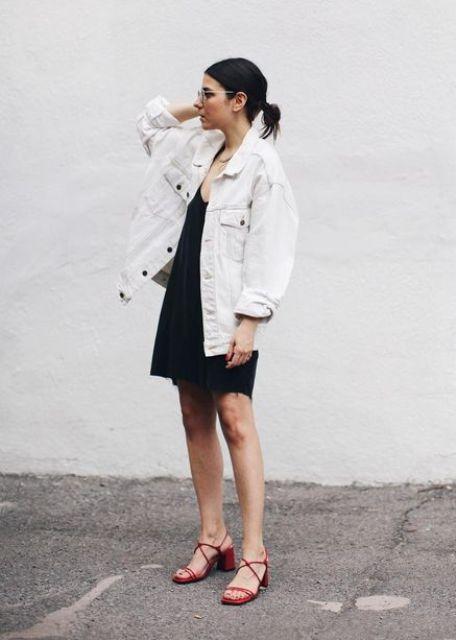 Черное платье-комбинация миди, большая белая джинсовая куртка, красные каблуки - модный летний образ
