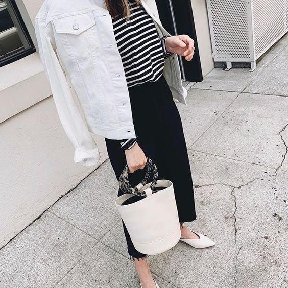 полосатый топ, черная джинсовая юбка-миди, белая джинсовая куртка, белые балетки и сумка-ведро