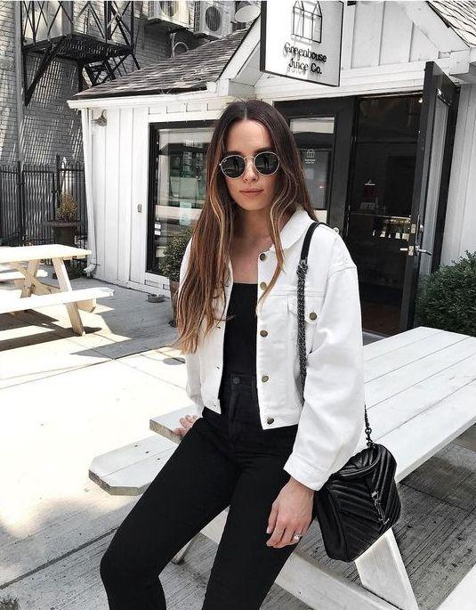 Черный топ, скинни, черная сумка и белая джинсовая укороченная куртка для контрастного образа