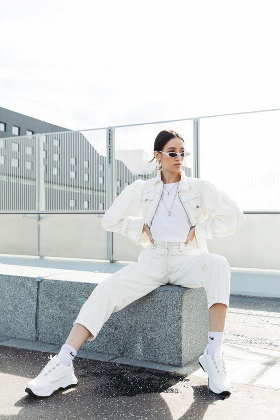 Двойной белый джинсовый образ с белой футболкой, белыми кроссовками и носками для удобного и шикарного комплекта