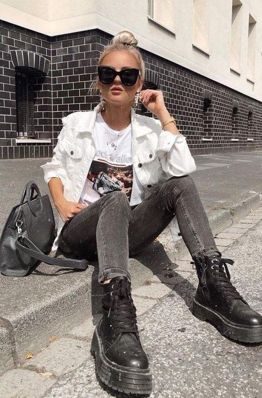 Аутфит, где футболка с принтом сочтается с серыми джинсами, черными армейскими ботинками и белой джинсовой курткой плюс серая сумка