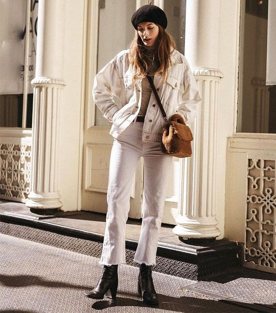 Комплект для девушки с белоснежной джинсовой курткой и белыми джинсами, черными ботинками, нейтральным топом, черным беретом на весн