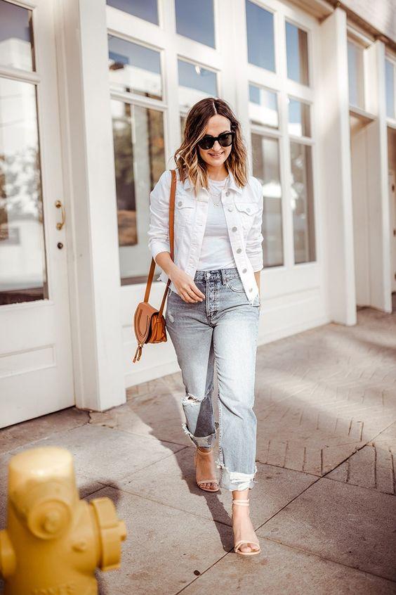 Светлая футболка,белая джинсовая куртка, синие рваные джинсы, каблуки с ремешками и коричневая сумка на весну
