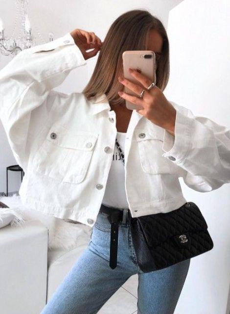 Наряд, где сочетаются синие скинни, белый топ с принтом, большая укороченная белая джинсовая куртка