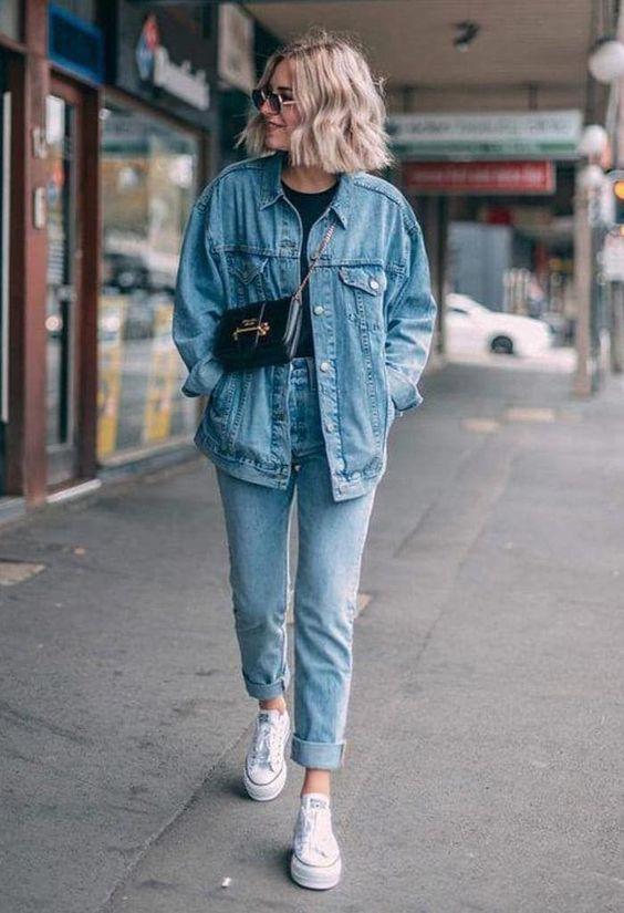 простой и шикарный двойной джинсовый образ с подходящими джинсами и курткой, черной футболкой, белыми кроссовками, черной сумкой