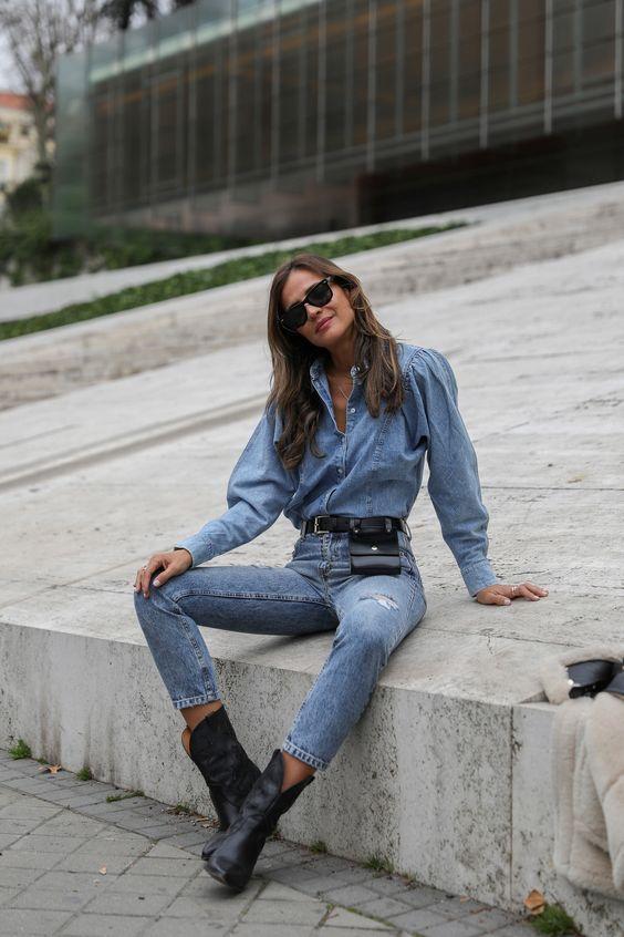 тотальный джинсовый образ с рубашкой из шамбре с объемными рукавами, скинни с высокой талией, черными ковбойскими сапогами и поясной сумкой