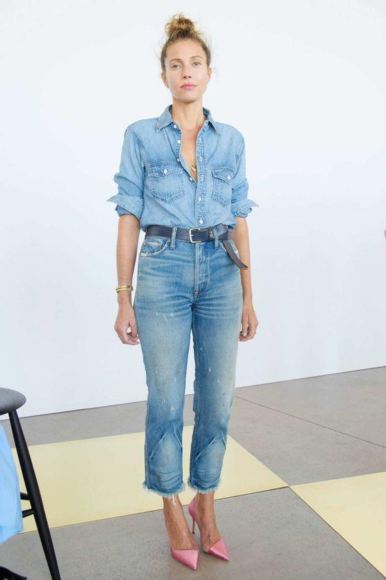 двойной джинсовый образ с рубашкой, прямыми рваными джинсами, розовые тона - стильный выбор для девушки
