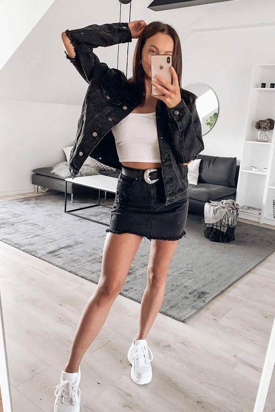 простой двойной джинсовый образ с белым укороченным топом, черной джинсовой курткой и мини-юбкой, белыми кроссовками