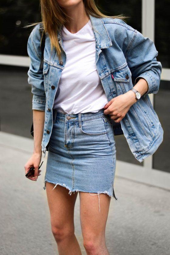 простой весенний или летний лук со светлой футболкой, синей джинсовой курткой, синим джинсовым мини, сумочкой