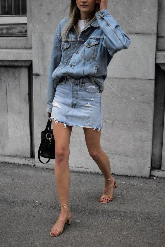 Белая футболка, синее джинсовое мини, синяя джинсовая куртка и босоножки с ремешками телесного цвета - стильный комплект
