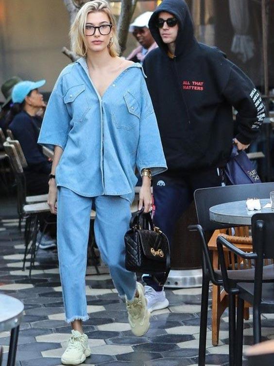 Двойной джинсовый образ с рубашкой, кроссовками, рюкзаком