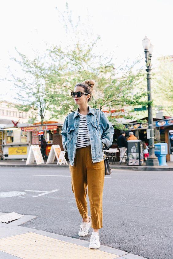 Топ в бретонскую полоску, горчичные брюки, белые кроссовки, голубая джинсовая куртка